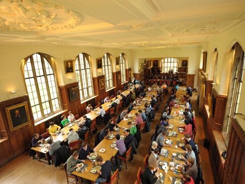 Phòng ăn chung của sinh viên Cambridge. Tuy nhiên bạn có thể tự nấu cho mình.