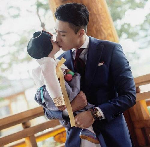 John Wayne Kim gây sốt khi đăng tải những bức ảnh chụp cùng con gái mình