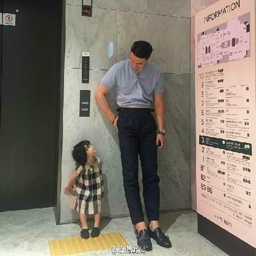 """Ông bố cao gần 2m """"gây sốt"""" khi chụp ảnh cùng con gái - 2"""