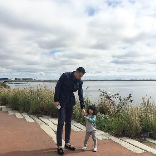 Ông bố trẻ, điển trai luôn rất quan tâm và chăm sóc kỹ cho con gái nhỏ