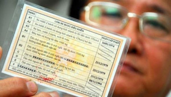 Bộ Giao thông vận tải đã quyết định sửa Thông tư 58 quy định việc đổi Giấy phép lái xe (GPLX) từ vật liệu giấy sang vật liệu nhựa. Cụ thể, sẽ bỏ quy định phải thi lại lý thuyết; GPLX giấy người dân vẫn được sử dụng bình thường và không bị phạt. Tuy nhiên, khuyến khích người dân đổi GPLX sang vật liệu nhựa để chống việc làm giả.