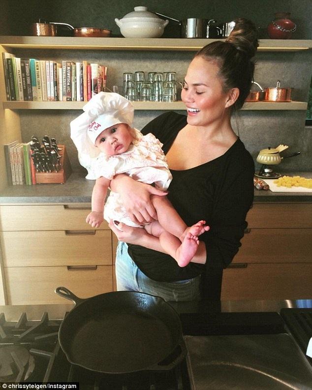 Chrissy Teigen đưa con gái cưng 5 tháng tuổi Luna vào bếp nấu nướng cùng với mình