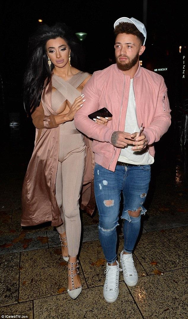 Sao truyền hình thực tế nổi tiếng nước Anh Chloe Khan đi chơi tối tại Liverpool cùng bạn trai mới Ashley Cain