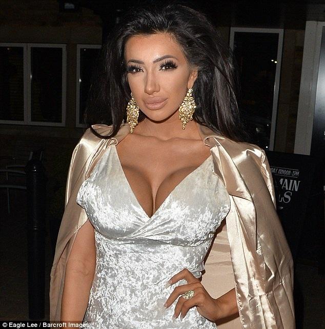 Ngôi sao của show truyền hình thực tế Celebrity Big Brother diện bộ váy ngắn gợi cảm khoe vòng một nảy nở