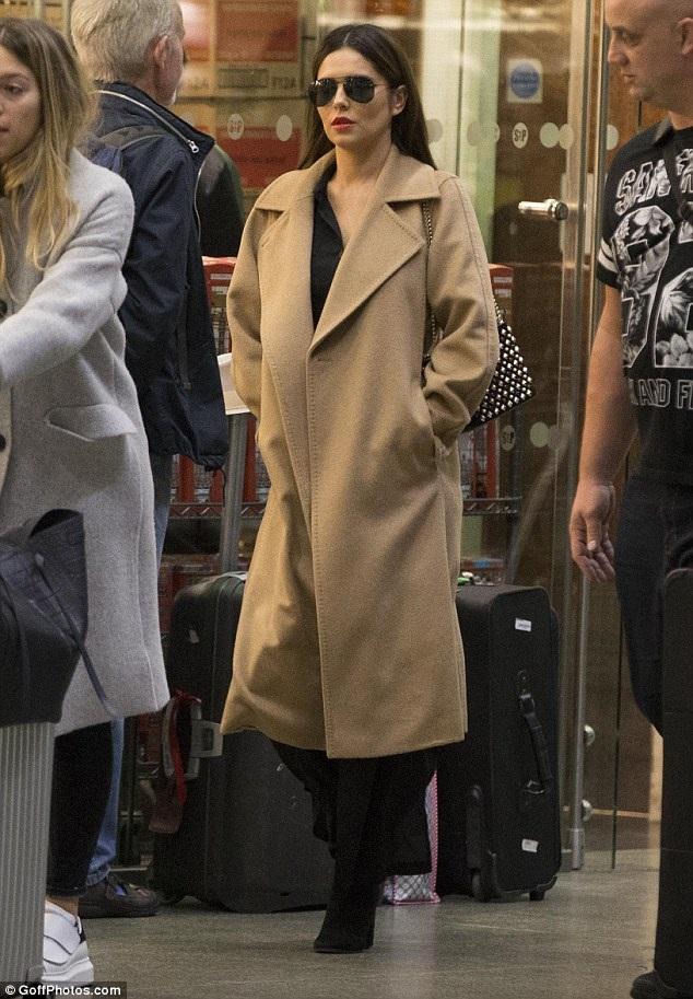 Nữ ca sỹ 33 tuổi diện áo khoác rộng trị giá gần 3000 đô la. Cô tỏ vẻ hờ hững khi thấy cánh săn ảnh đeo bám
