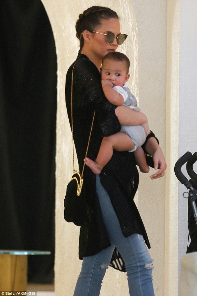 Người đẹp bế con gái 6 tháng tuổi Luna đi cùng. Luna thừa hưởng nhiều nét đẹp từ mẹ
