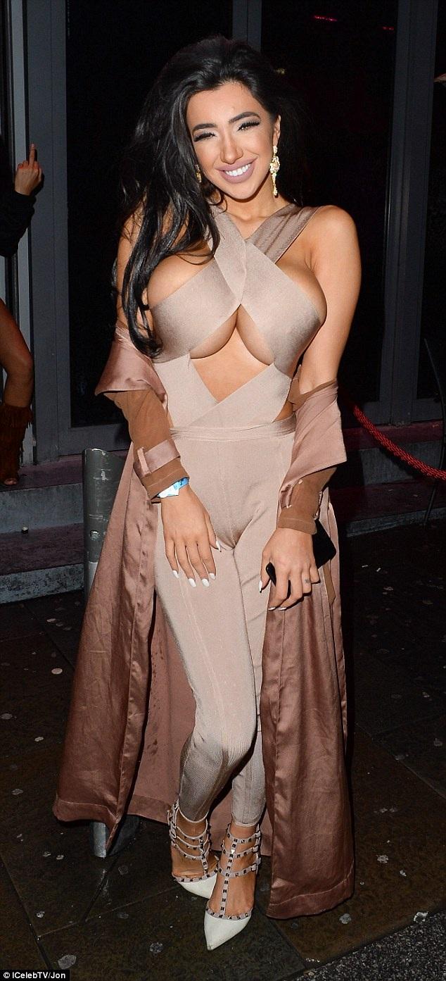 Người đẹp 24 tuổi để lộ vòng một ngoại cỡ trong bộ đồ mát mẻ
