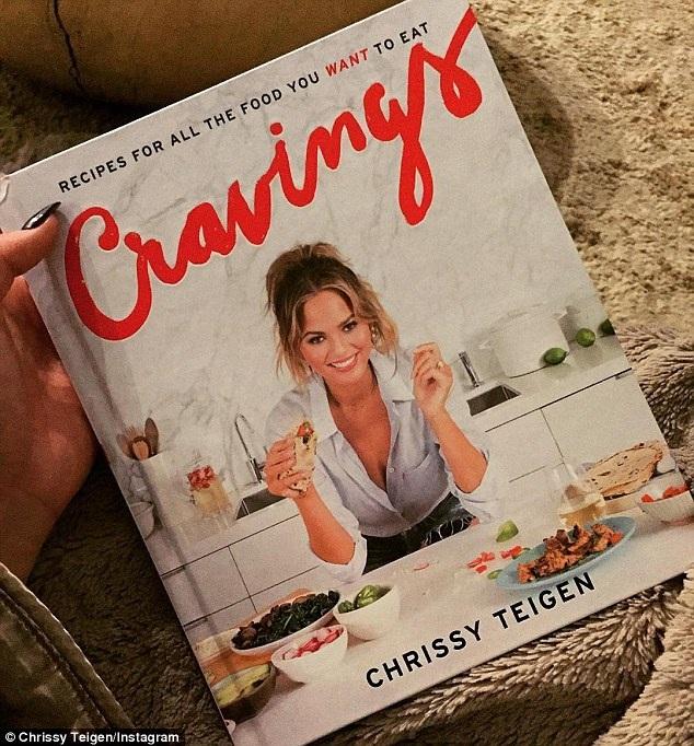 Chân dài 30 tuổi còn ra mắt 1 cuốn sách dạy nấu ăn vào năm ngoái và lọt top những sách bán chạy nhất của năm