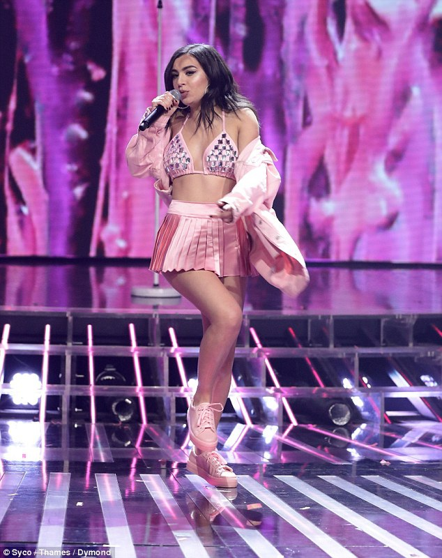 Charli XCX nổi tiếng từ năm 2014 - khi kết hợp với Iggy Azalea trong bản hit Fancy. Nữ ca sỹ xinh đẹp không chỉ biết hát mà còn có khả năng sáng tác.