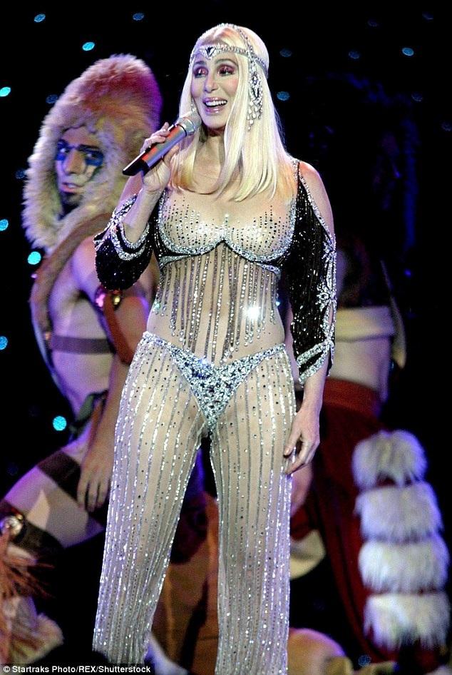 Cher không còn xa lạ với những tin đồn về việc làm đẹp bằng phẫu thuật thẩm mỹ. Chính bà cũng từng thừa nhận mình đã chỉnh mũi, nâng ngực và gần đây nâng cơ mặt để trẻ hóa