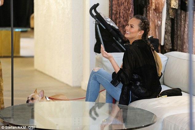 Chân dài giàu có ghé loạt cửa hiệu mua sắm và mang theo cả chú cún cưng của mình.
