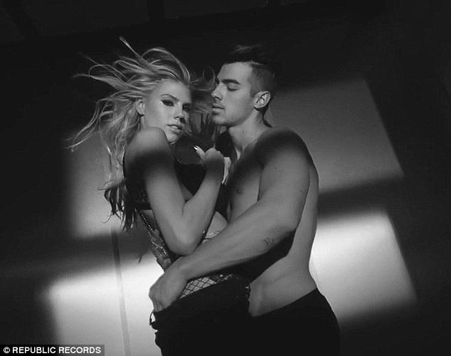 Charlotte McKinney mới xuất hiện sexy trong MV của ca sỹ Joe Jonas