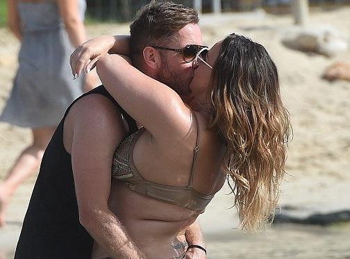 Chanelle Hayes tình tứ hôn bạn trai Ryan Oates trên bãi biển ở Ibiza ngày 11/11 vừa qua