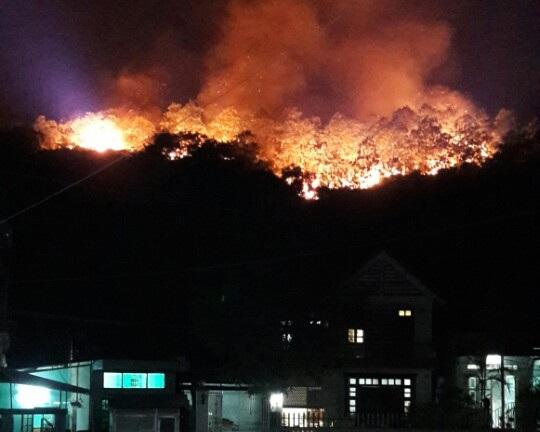 Khu Đồi kho mìn phía sau lưng khu dân cư rực lửa.