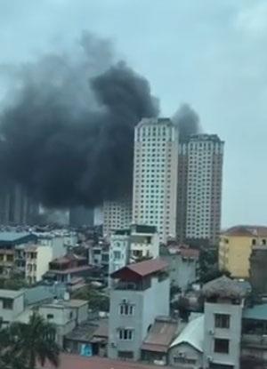 Hình ảnh khói đen nghi ngút bốc ra từ tòa nhà chung cư. (Ảnh cắt từ clip Facebook Hoàng Thanh Tuấn)