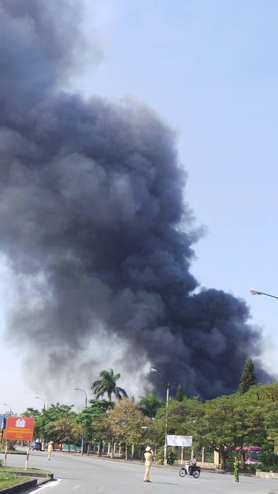 Cột khói đen khổng lồ bốc lên từ đám cháy.