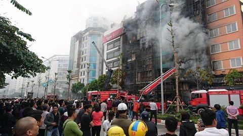 Rất đông người dân theo dõi việc dập lửa