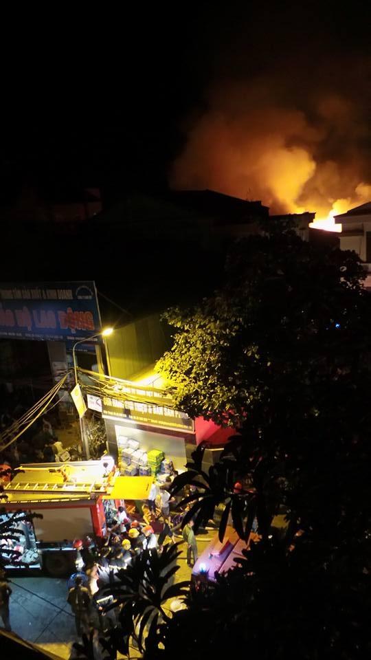 Lúc 23h19, ngọn lửa vẫn bùng lên rất mạnh