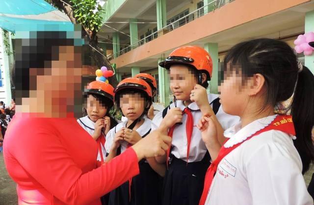 Nhiều giáo viên có thói quen giao tiếp với học trò bằng cái chỉ tay