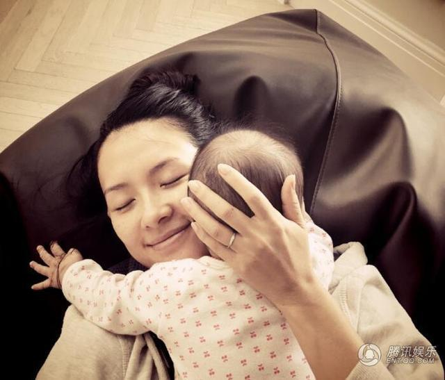 Hình ảnh giản dị của một trong những nữ diễn viên nổi tiếng và giàu có nhất Trung Quốc bên con gái cưng.
