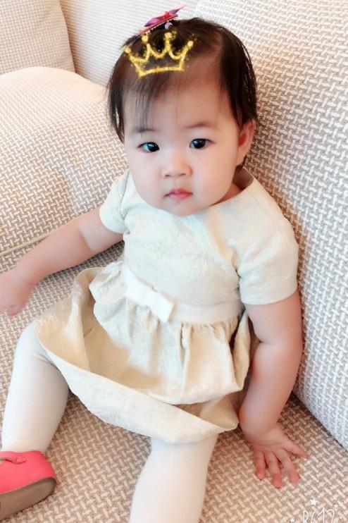 Con gái của Chương Tử Di đã tròn một tuổi. Cô bé càng lớn càng bụ bẫm và đáng yêu.