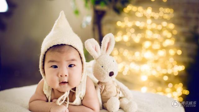 Bé Tỉnh Tỉnh của Chương Tử Di dù mới 1 tuổi nhưng đã được cư dân mạng quan tâm chẳng kém bất kỳ ngôi sao giải trí nào của Trung Quốc.