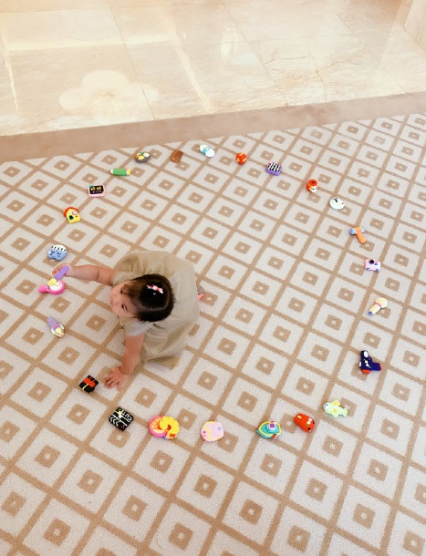 Bé gái Tỉnh Tỉnh của Chương Tử Di thích thú khám phá những món đồ chơi mới trong ngày sinh nhật 1 tuổi.