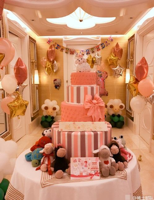 Trong ngày sinh nhật, căn phòng của bé Tỉnh Tỉnh được trang hoàng màu hồng, cam rất ấm áp và đáng yêu.
