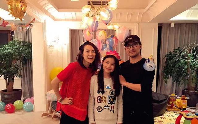 Vợ chồng Chương Tử Di chụp hình cùng con gái riêng của Uông Phong. Cô bé này là kết quả tình yêu giữa Uông Phong với người vợ thứ hai.