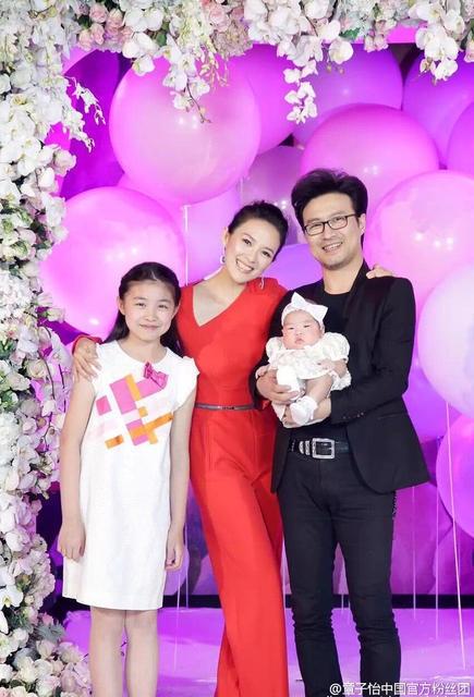 Chương Tử Di rất yêu thương con chồng. Cô xem cô bé này như một phần của gia đình mình. Chính điều này đã khiến Uông Phong càng thêm trân quý người vợ hiện tại của anh.