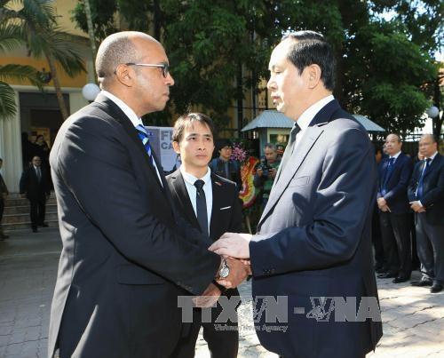 Chủ tịch nước Trần Đại Quang chia buồn với Đại sứ Cuba Herminio Lope Diaz. Ảnh: Doãn Tấn /TTXVN