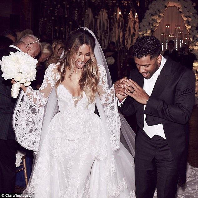 Cặp sao nổi tiếng này tìm hiểu khá lâu trước đám cưới, điều thú vị là Ciara và bạn trai hoàn toàn kiêng chuyện chăn gối trước đám cưới