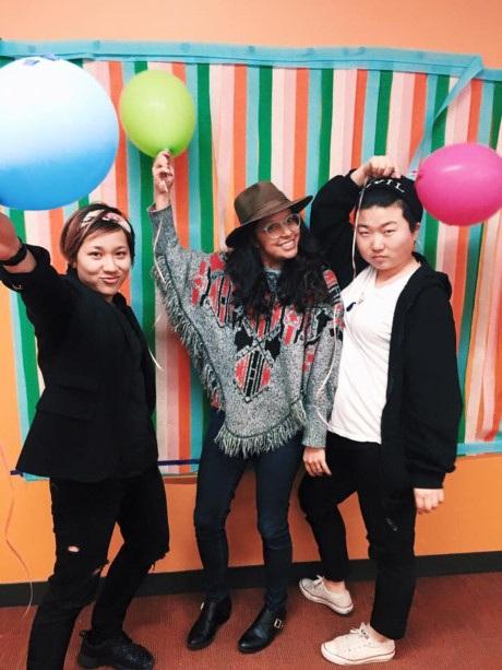 Ngọc (trái) và các bạn học ở Mỹ. Cô gái Việt dự định trở về quê hương ngay sau khi hoàn thành năm cuối đại học.