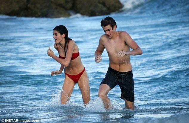 Kaia và anh trai Presley, 17 tuổi cùng nô đùa trên sóng nước