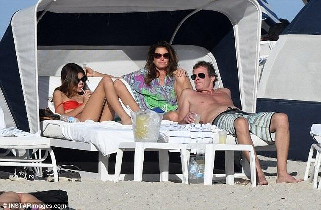 Gia đình Cindy nằm dài sưởi nắng trên bãi biển ấm áp