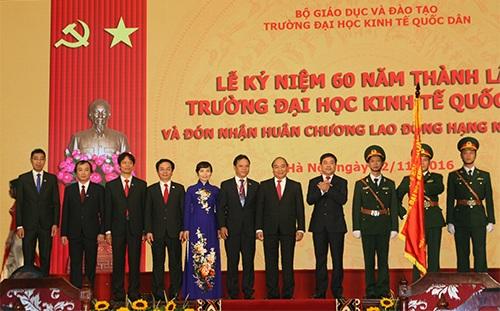 Thủ tướng Nguyễn Xuân Phúc trao Huân chương lao động hạng Nhất (lần 2) tới trường ĐH Kinh tế quốc dân