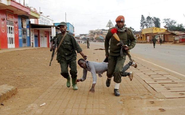 Binh sĩ Congo bắt giữ một dân thường tham gia biểu tình tại thị trấn Butembo hồi tháng 8. Những cuộc biểu tình nổ ra nhằm phản đối chính phủ vì đã không nỗ lực chấm dứt căng thẳng sắc tộc tại nước này. (Ảnh: Reuters)