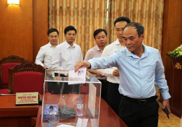 Cán bộ, công chức, viên chức Ban Kinh tế Trung ương quyên góp, ủng hộ đồng bào miền Trung