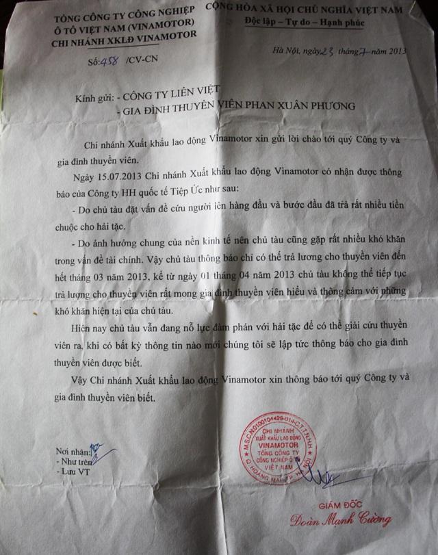 Công văn thông báo của công ty về việc ngừng trả lương cho anh Phương kể tháng 4/2013, sau hơn 1 năm các thuyền viên bị cướp biển Somalia bắt giữ khiến ông Linh có những lúc mất hi vọng đoàn tụ với con trai.