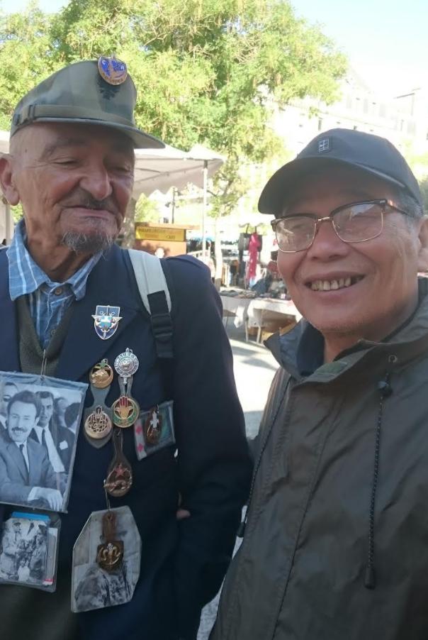 Tác giả chụp ảnh cùng một cựu quân nhân Pháp từng có mặt ở Đông Dương