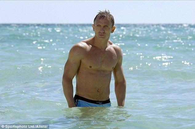 Daniel đã 4 lần thủ vai James Bond trong 4 phần phim liên tiếp là Casino Royale, Quantum of Solace, Skyfall và Spectre. Phần mới nhất ra mắt năm ngoái rất thành công về thương mại