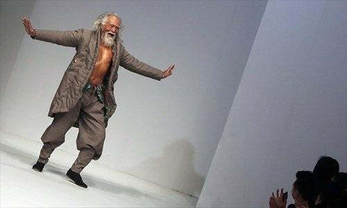 """Hành trình trở thành biểu tượng thời trang của """"lão ông quyến rũ nhất Trung Quốc"""" - 11"""