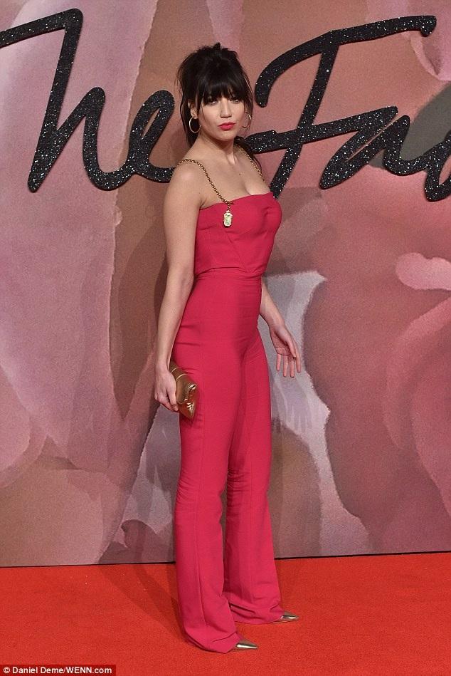 Người mẫu nổi tiếng nước Anh Daisy Lowe ăn vận quyến rũ dự lễ trao giải của hiệp hội thời trang Anh quốc
