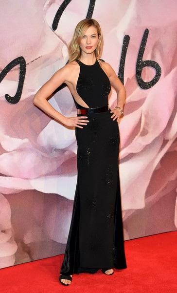 Nổi bật trên thảm đỏ là siêu mẫu cao 1,85m Karlie Kloss