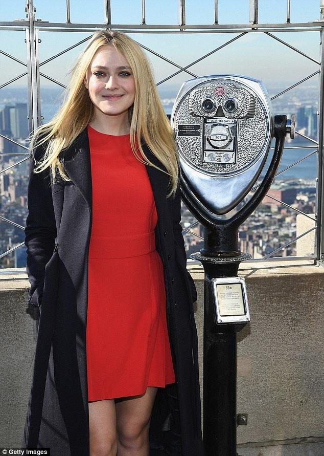 Nữ diễn viên 22 tuổi diện váy đỏ rực tôn lên làn da trắng mịn