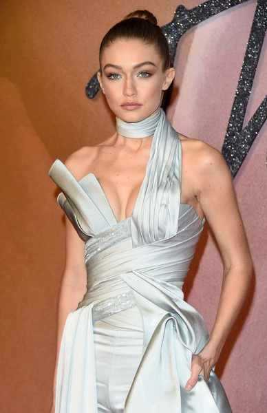 Gigi Hadid vừa trình diễn trong show của Victorias Secret