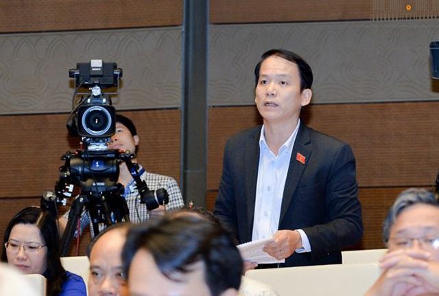 Đại biểu Hoàng Thanh Tùng đặt câu hỏi về việc xử lý kỷ luật ông Vũ Huy Hoàng. (Ảnh: Quochoi.vn)