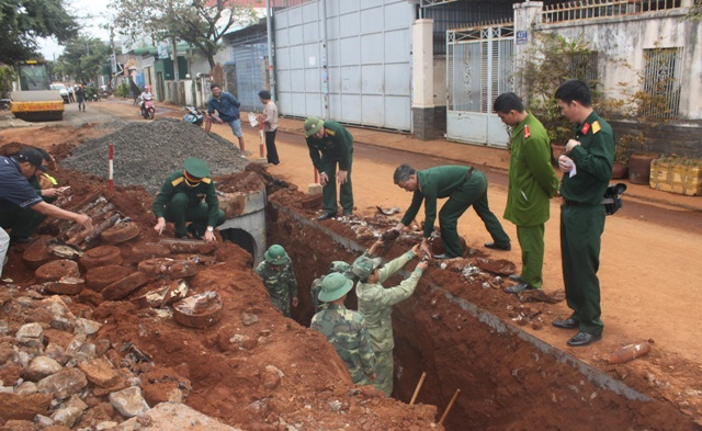 Hầm chứa đạn pháo được phát hiện ngay giữa khu dân cư (ảnh báo Đắk Lắk)