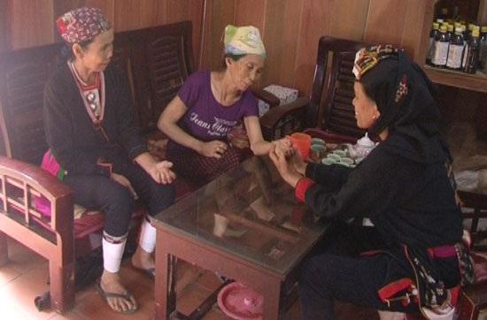 Lương y Triệu Thị Hòa đang khám cho người bệnh