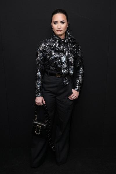 Demi Lovato chia sẻ, giờ đây cô sống vui, sống khỏe hơn nhưng rõ ràng không dễ dàng để quên những chất kích thích...